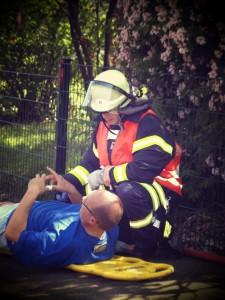 Feuerwehrmann beim Verletzten