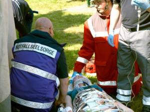 Die Notfallseelsorge kommt aus üblicherweise nicht zum Einsatz, wo Rettungsdienst noch seine Aufgaben abarbeitet. Wünscht die Person, einen Seelsorger zu sprechen, versuchen wir einen solchen aus unseren Reihen zu rufen oder den Krankenhausseelsorger zu informieren.