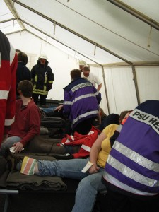 PSU-Helfer bei einer Übung, im Behandlungszelt.
